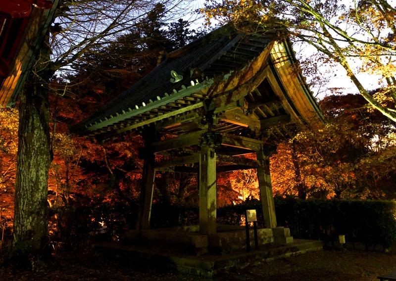 小松寺の紅葉ライトアップ 鐘楼と梵鐘