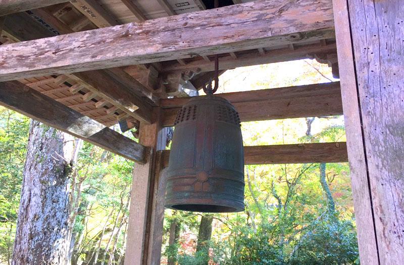小松寺の鐘楼と梵鐘
