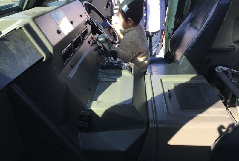 自衛隊の装甲車の運転席