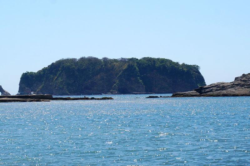 千葉県鋸南町の勝山沖の浮島