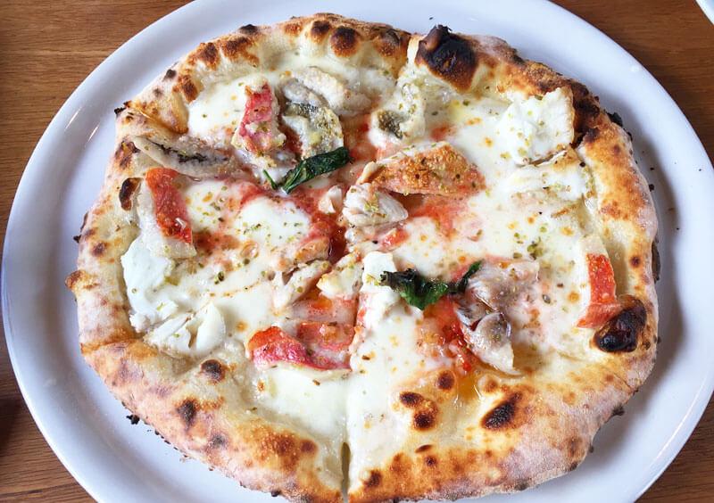 店内のピザ釜で焼くステラ ディ マーレ(STELLA DI MARE)の本格ピザ